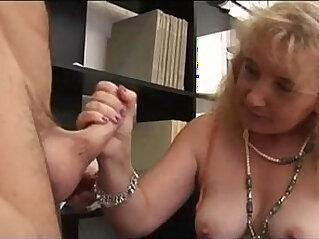 Mamma matura italiana succhia cazzo al capo Italian mature mom sucks cock